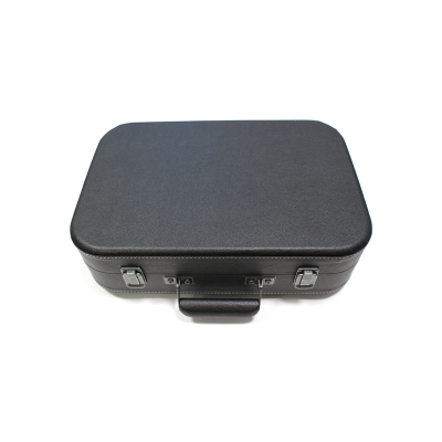 Виниловый проигрыватель COUPE имеет стильный корпус, выполнен в форме классического черного чемодана. В упаковке.
