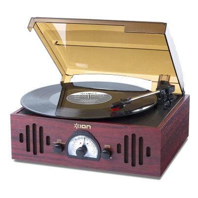 Виниловый проигрыватель ION Audio TRIO LP с радио имеет стильный корпус, выполнен в форме чемодана.
