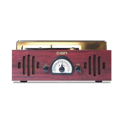 Виниловый проигрыватель ION Audio TRIO LP с радио имеет стильный корпус, выполнен в форме чемодана. Вид спереди.