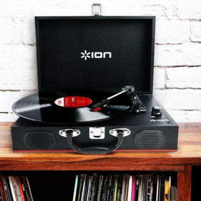 Виниловый проигрыватель ION Audio Vinyl Transport имеет стильный корпус, выполнен в форме чемодана. В интерьере.