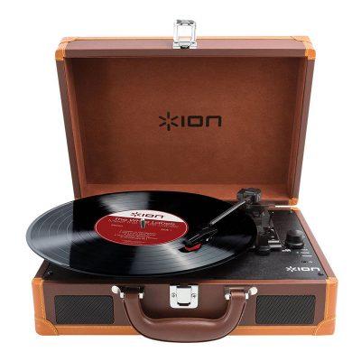 Виниловый проигрыватель ION Audio VINYL MOTION DELUXE имеет стильный корпус, выполнен в форме чемодана.