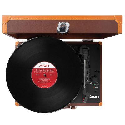 Виниловый проигрыватель ION Audio VINYL MOTION DELUXE имеет стильный корпус, выполнен в форме чемодана. Вид сверху.