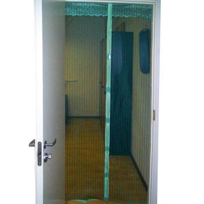 Антимоскитная сетка оснащена магнитами и крепится на дверь.