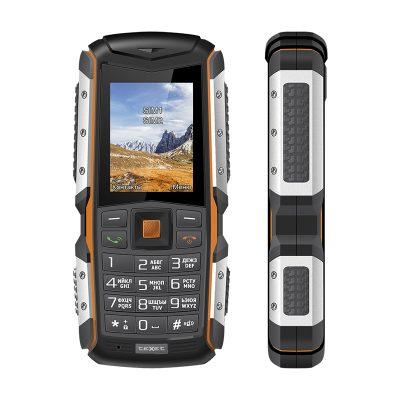 Кнопочный мобильный телефон Texet TM-513R в черном цвете с оранжевой вставкой. Вид спереди.