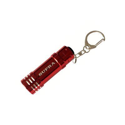 Фонарь брелок Supra в красном цвете. Его очень удобно носить с собой, повесив на ключи.